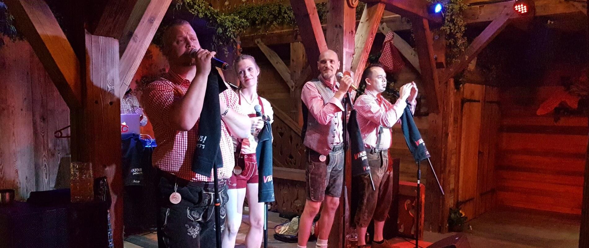 Die Showband VARIOUS auf der Bühne der Doppelbock-Alm